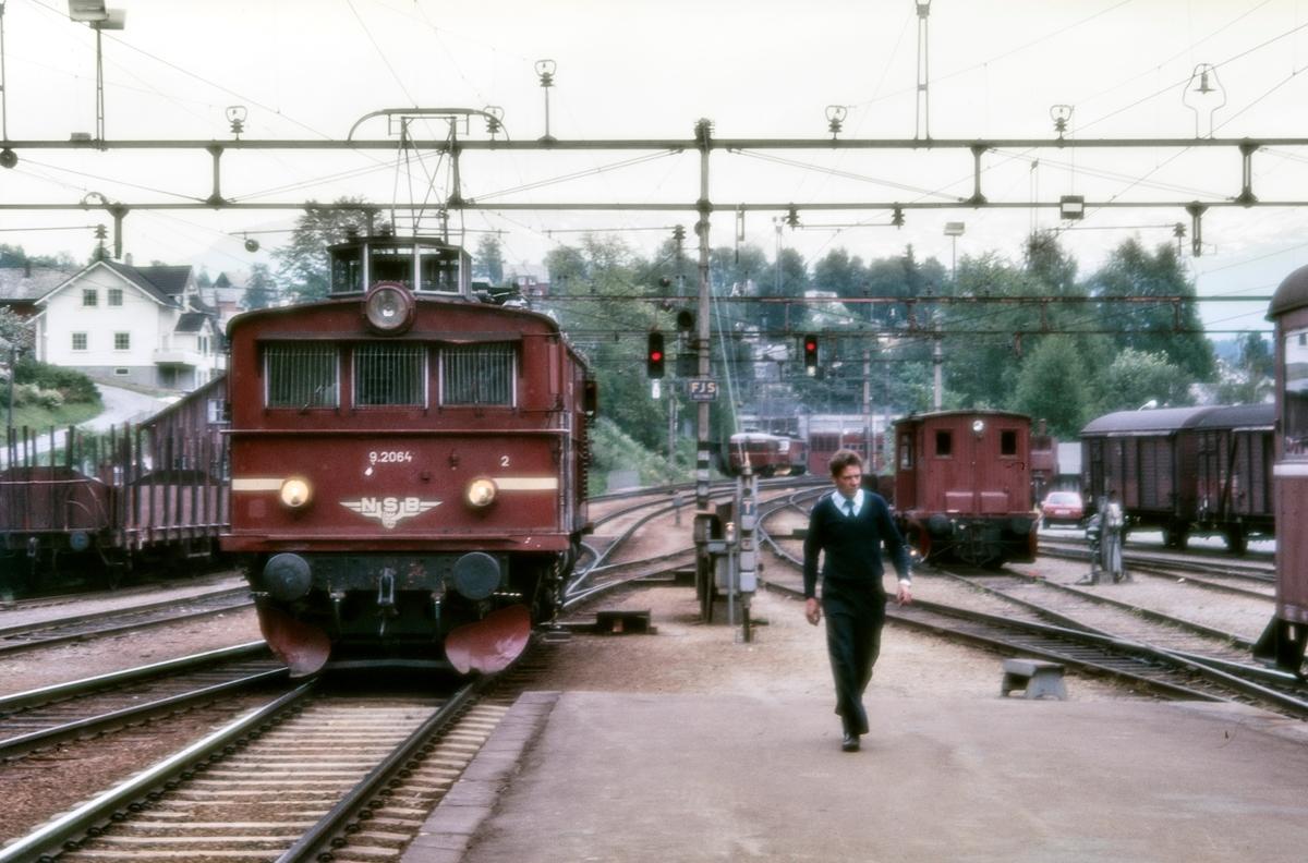 Elektrisk lokomotiv El 9 2064 på Voss stasjon