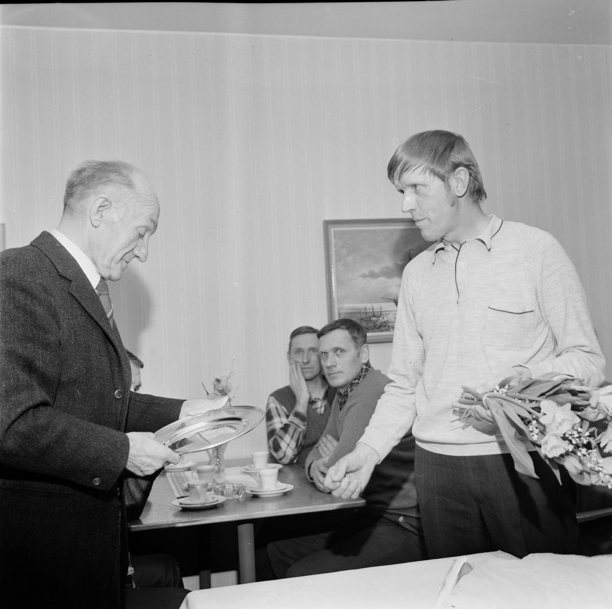 Vägunderhållare hyllad för 42 års arbete, Tierp, Uppland, april 1972