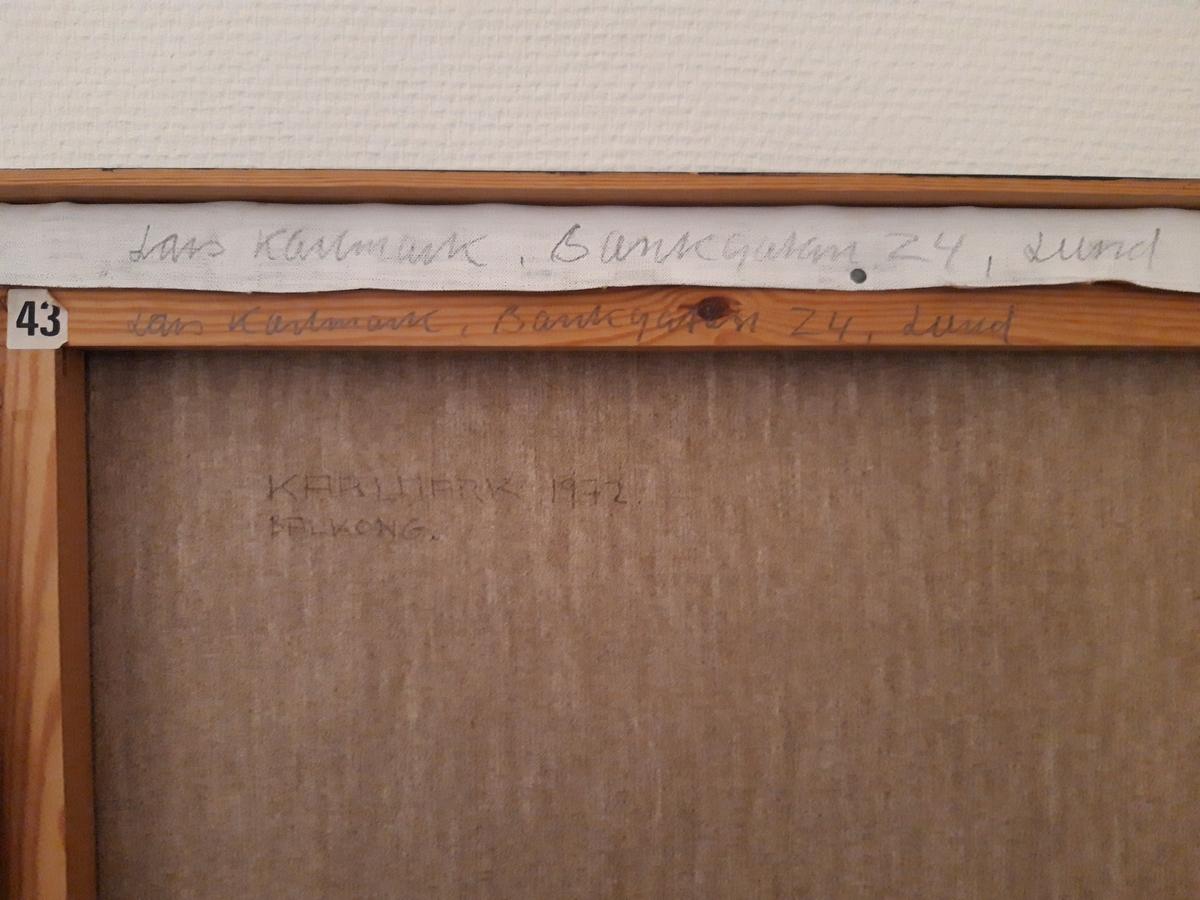 Oljemålning på duk, Lars Karlmark: Balkong, 1972. En nyrealistisk bild av en husvägg med jalusifönster och en balkong med svart smidesräcke. Målningens perspektiv är medvetet onaturligt: Sammanfallande linjer har här gjorts parallella. Sign. på dukens baksida.