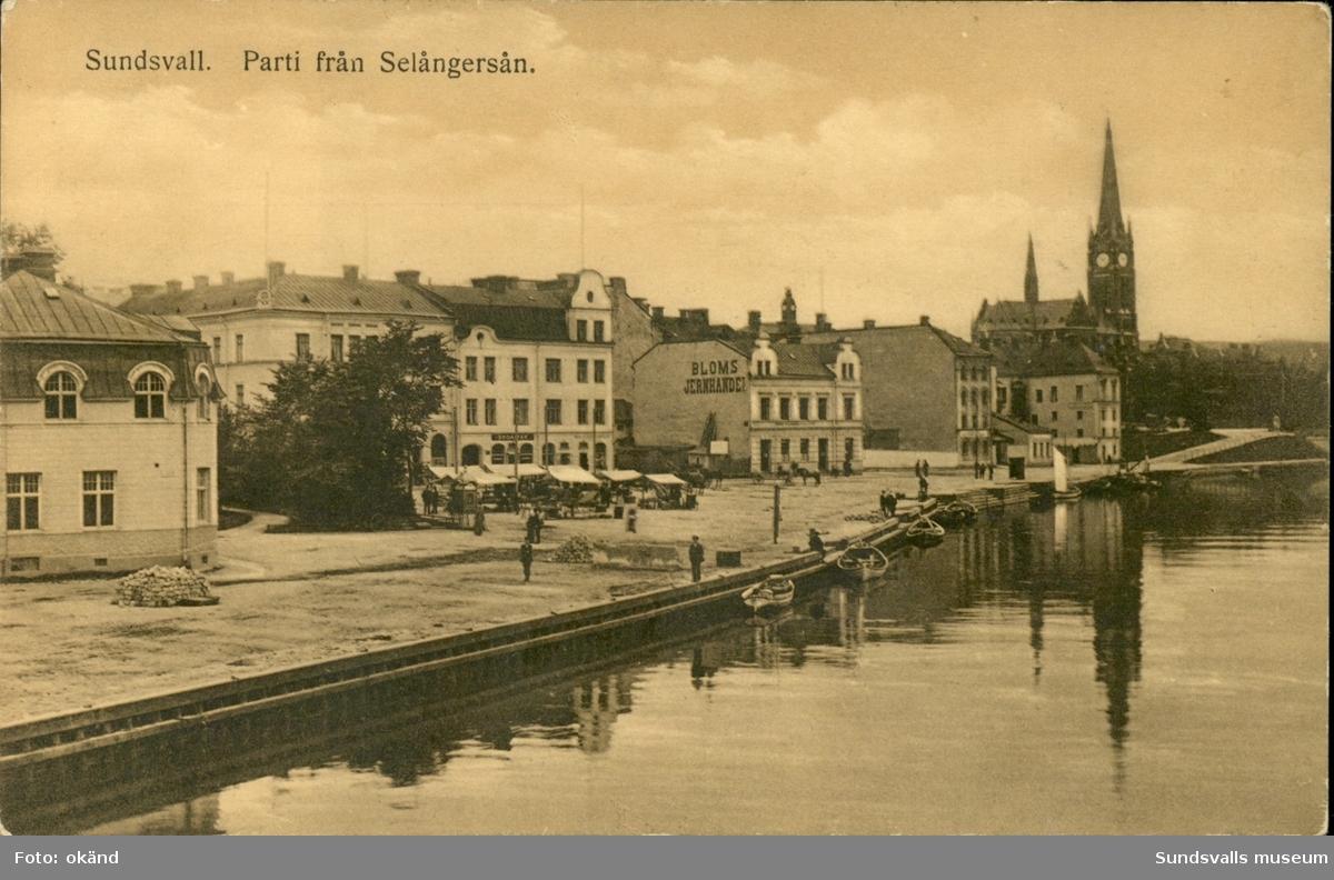 Vykort med motiv över Selångersån med Gustav Adolfs kyrka i bakgrunden.