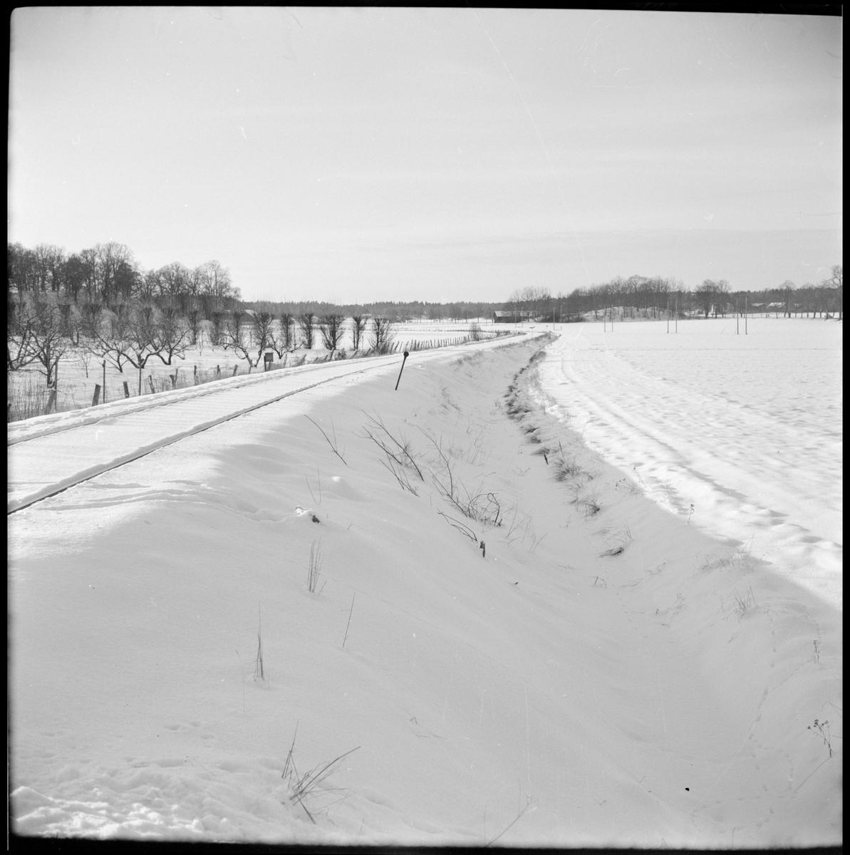 Vy över det vintriga järnvägssspåret utanför bangården i Mariefred.