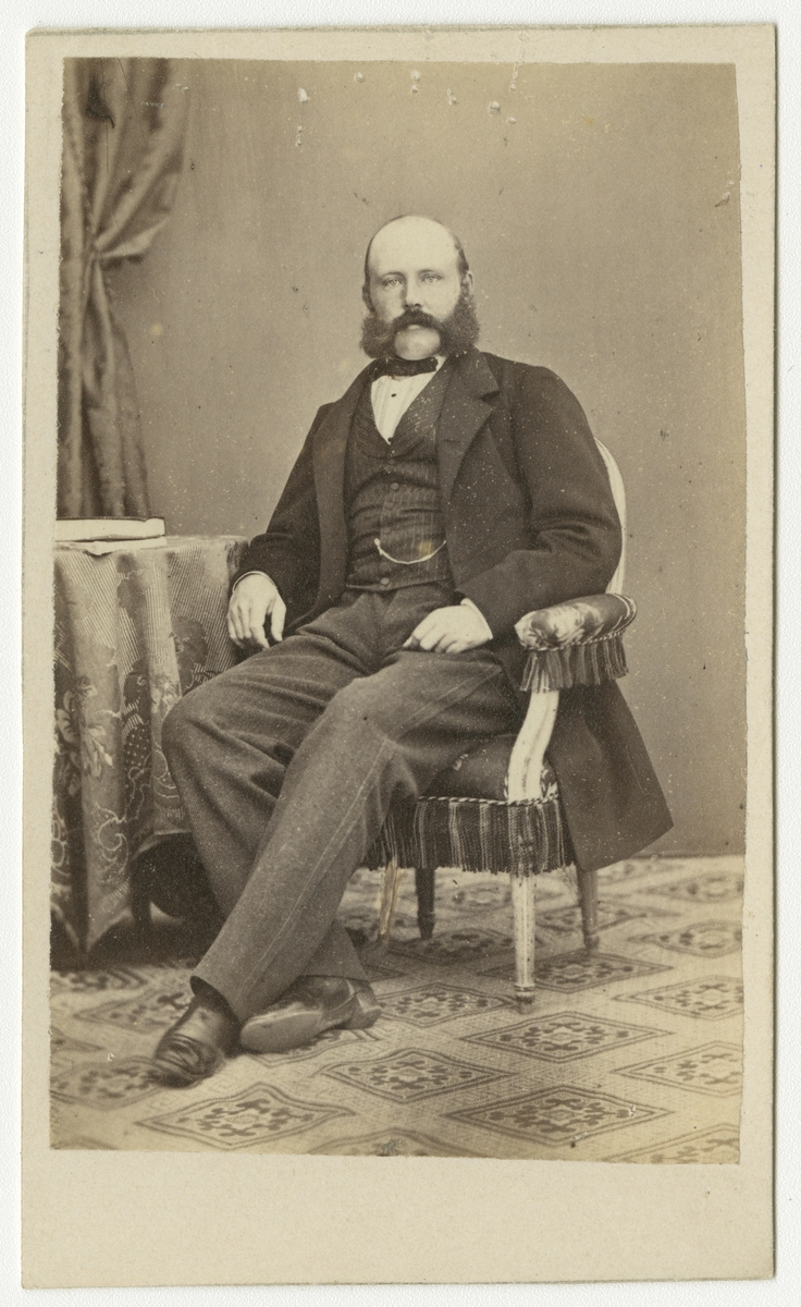 Porträtt av Sven Axel Lovén, löjtnant vid Andra livgrenadjärregementet I 5.  Se även bild AMA.0001969.