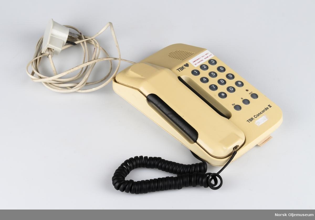 Telefon med kabel.