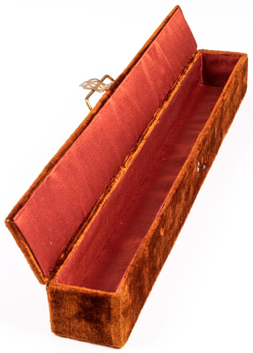 Etui, brun sammet med mässingsbeslg.