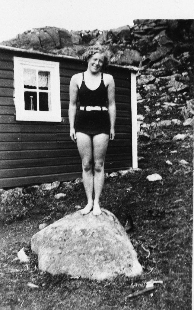 Agda Erga i badedrakt ved hytta til Peder Helland ved Melsvatnet. Agda var fødd 1913 og gift Ånestad, Stavanger.