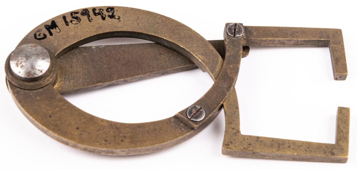 Krumcirkel, av mässing, riktverktyg för balansen av hjul. Har använts i Sehlbergs urmakeriverkstad.
