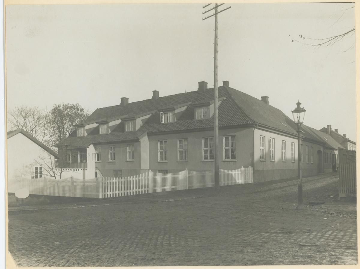Storgata. Ca. 1900.   Fotograf har stått i Fleischers gate.  Detaljer: Storgata 20. «Chrystiegården», «Vogtegården», «Petersons hus».  Historikk: Oppført ca. 1740. Fredet i 1929.