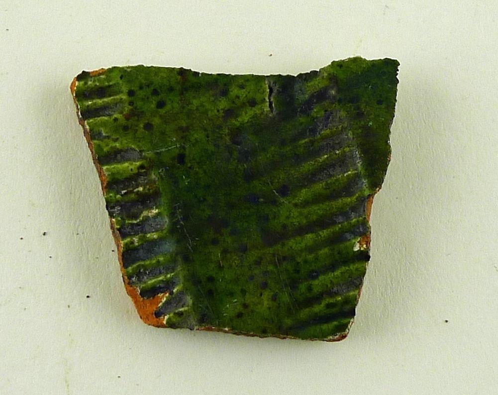 Aardenburggoda, engobe, grön glasyr, rullstämpel