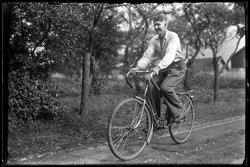 Ung man på cykel