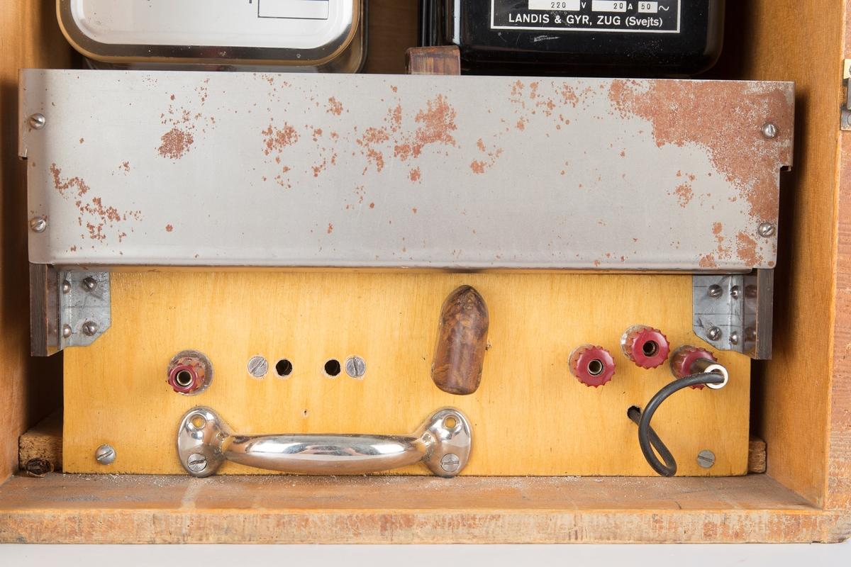 Målertester i trekasse for innstilling av overforbruk. Montert i kassen er kwh-måler og wattmeter for vekselstrøm.