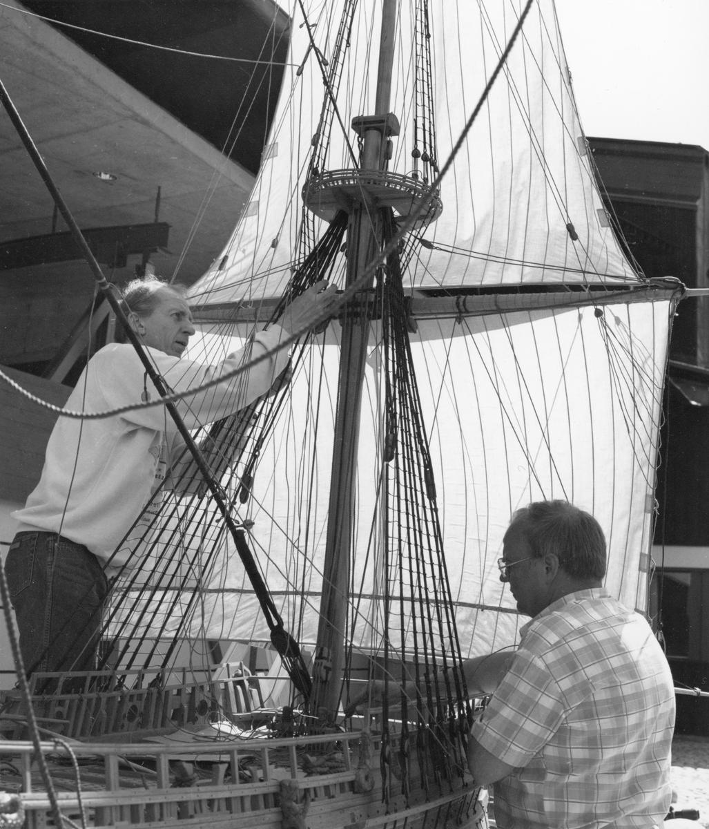 Modellbyggarna Göran Forss (t.v.) och Lennart Forsling i arbete med modellen av Vasa i skala 1:10.