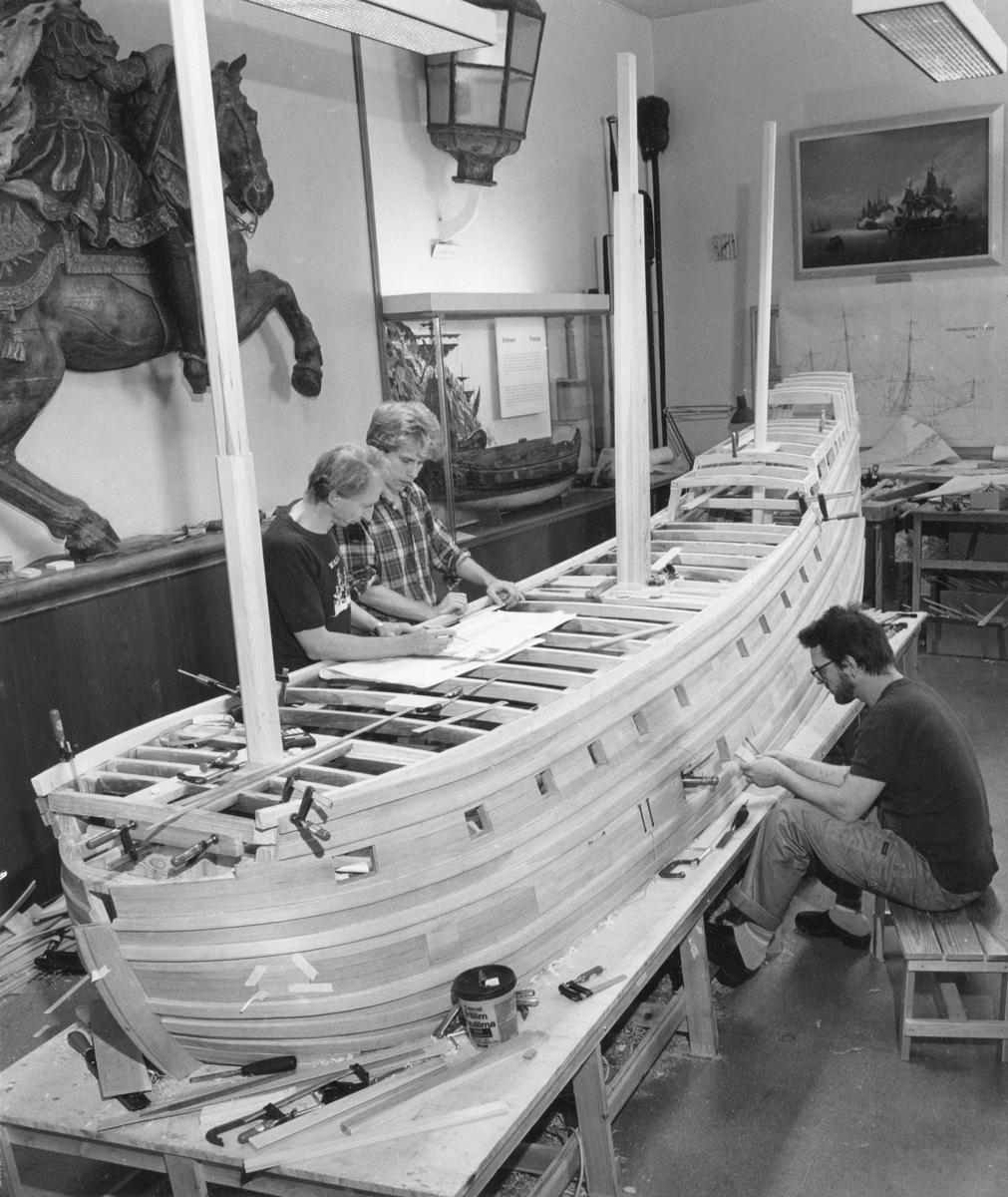 Modellbyggarna Göran Forss, Stefan Bruhn och Lars Eriksson i arbete med modellen av Vasa i skala 1:10.