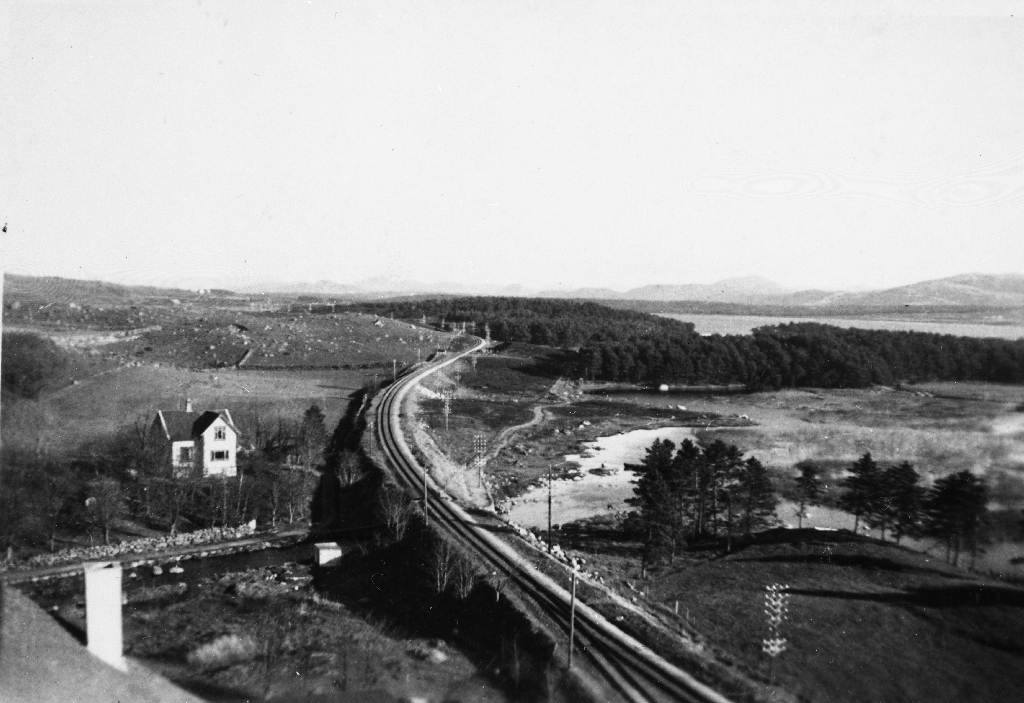 Jernbanesporet til Bryne nordover mot Stavanger. Til v. ligg Vardheia og til h. Frøylandsvatnest med Sandtangen og Vassbotn.