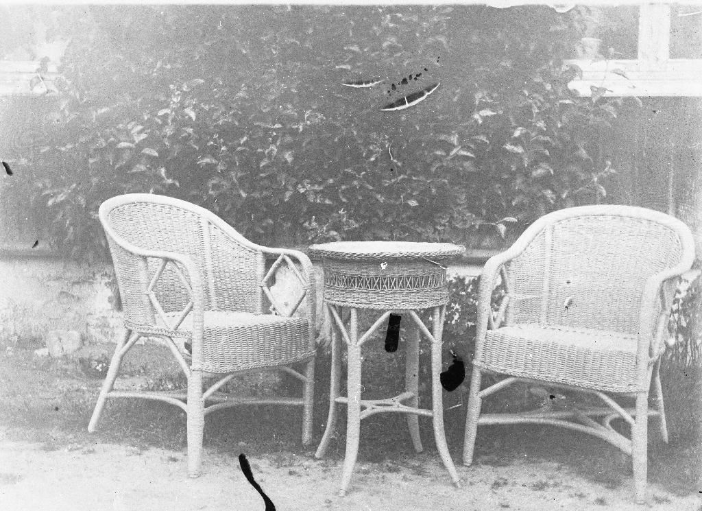 Korgstolar og bord, elevarbeid frå Husflidskulen i Stavanger. Sjå også 1990.1TIM.7.032