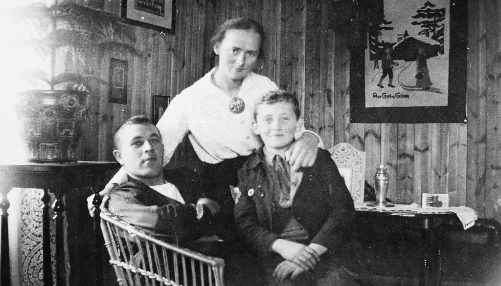 Magnus og Marta Rommetveit med ein tysk gut, Heinrich Ræssler, som budde hos dei etter 1. verdskrig. Nå (1990?) er han død og gravlagd i Time.