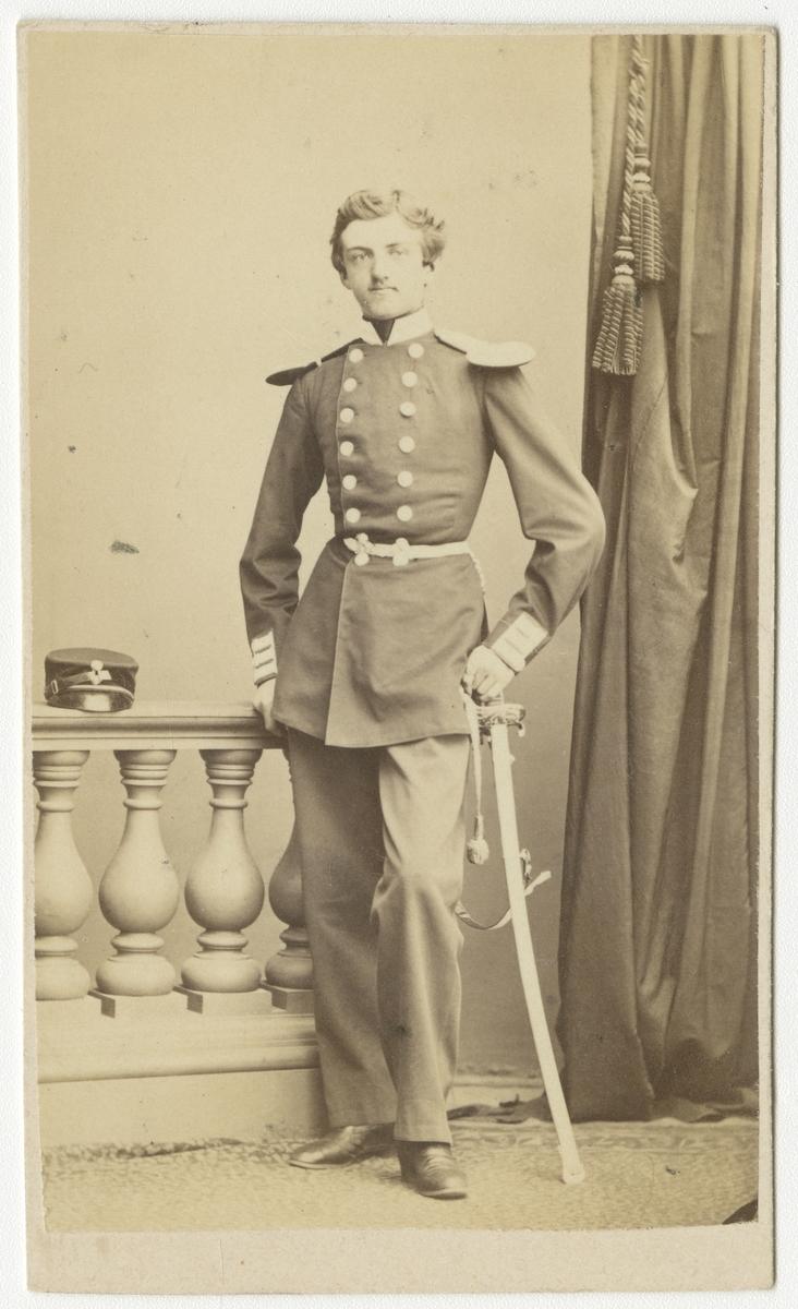 Porträtt av Hans Adolf von Koch, underlöjtnant vid Andra livgrenadjärregementet I 5.  Se även bild AMA.0001987.