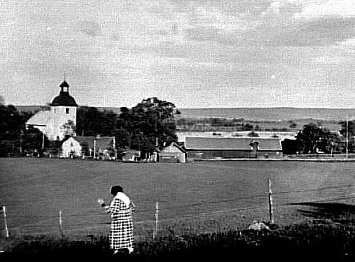 Bildtext: Skärvs socken. Valle härad. Västergötland. KYRKAN FRÅN PERSBO BACKE 1932.