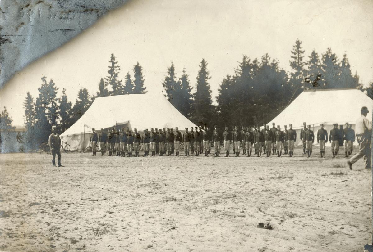 Soldater från Fortifikationen uppställda utanför tält.