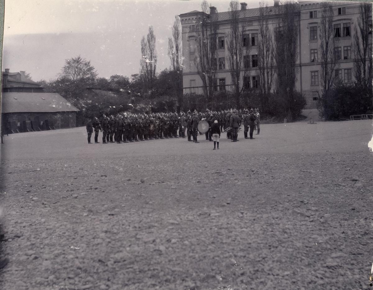 Soldater uppställda för marsch.