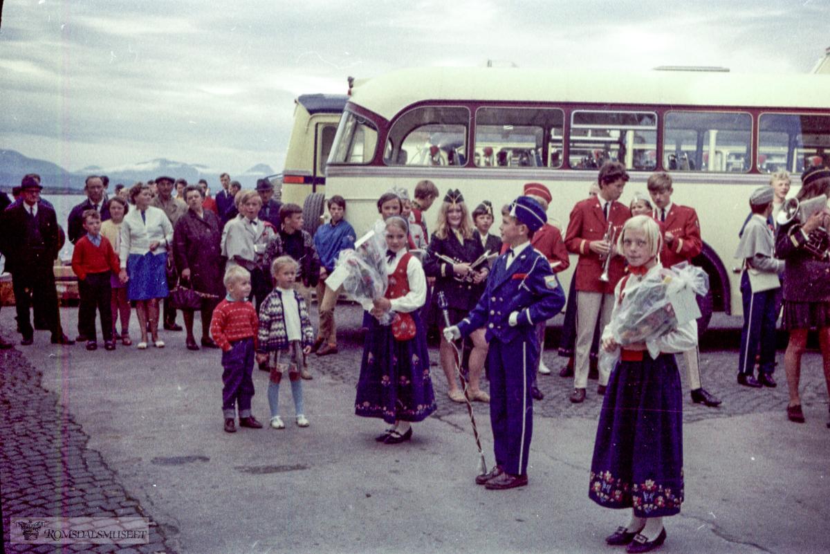 """Varna ankommer Molde..""""Varna"""" : Bygd i 1951 som """"Ocean Monarch"""" for Furness Withy, England, 51-67 : """"Ocean Monarch"""",.67-77 : """"Varna"""", Navigation Maritime Bulgare, Sofia, Bulgaria, operert av Balkanturist i 67-73, men stort sett opplagt i 70-78..Bussen nærmest tilhørte Frænaruta, karakteristiske farger fra dette selskapet. Bak den ser vi bakenden på en buss i mørkblå og gult. Dette er en buss fra Aarø og Molde Auto eller Hjelset Auto."""