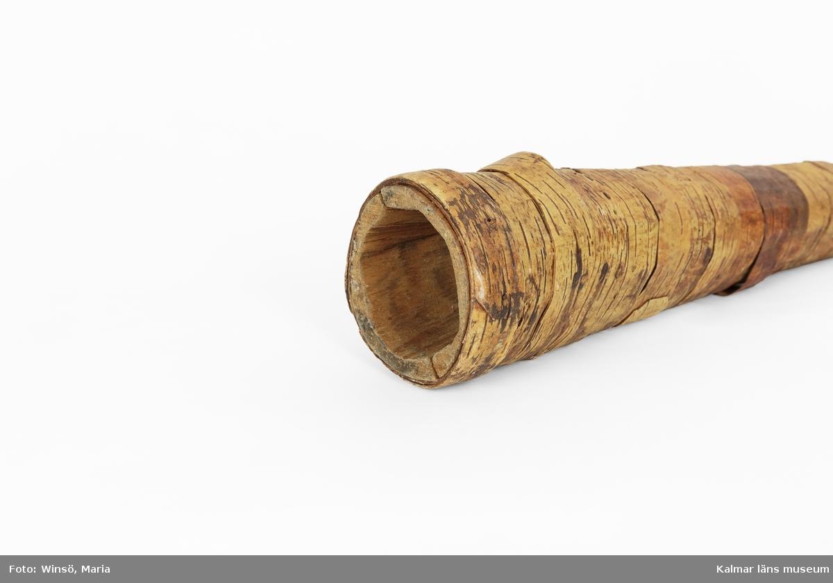 KLM 46362. Lur, näverlur. Av trä och näver. Luren består av två skålade trähalvor sammanhållna av lindad näver.