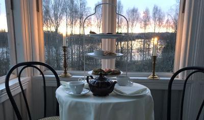 Et pent dekket bord på glassverandaen i Bestyrerboligen Fetsund lenser. Foto/Photo