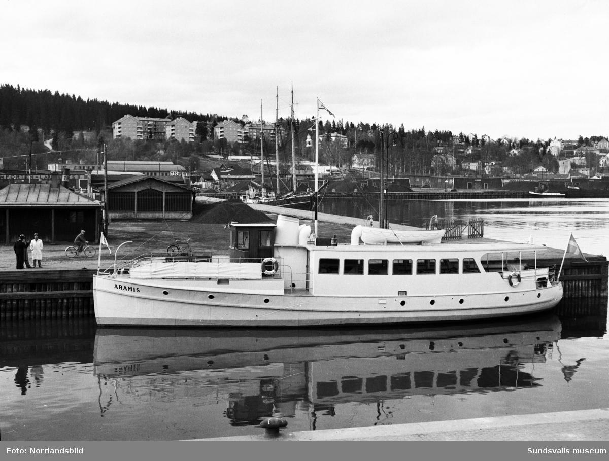 Passagerarbåten Aramis ligger förtöjd i hamnbassängen.