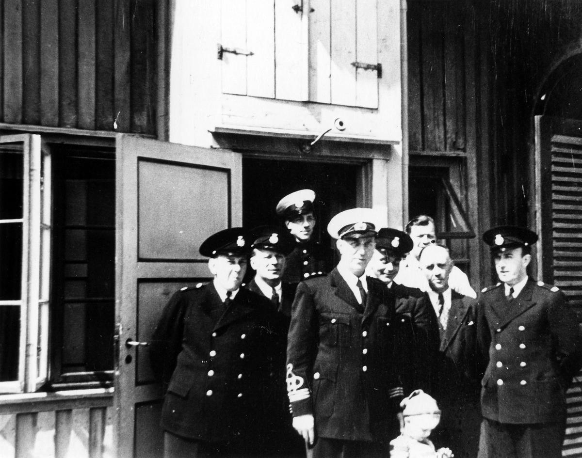 Brandpersonal utanför stallet. I mitten brandchefen Anders Hedén.