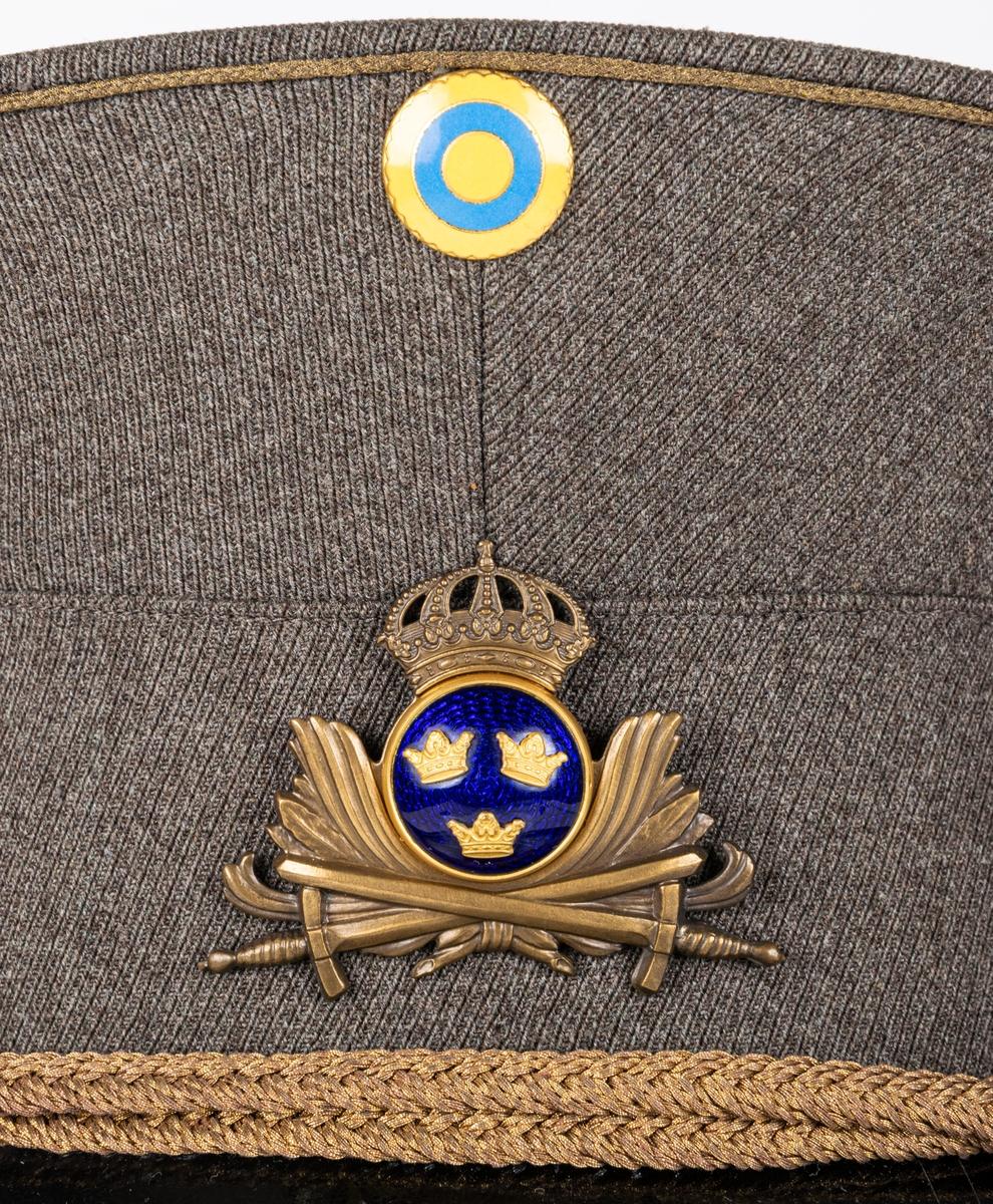 Skärmmössa, militär, m/43 för regementsofficer (utom överste) vid I 14, jämte instoppat mössöverdrag.