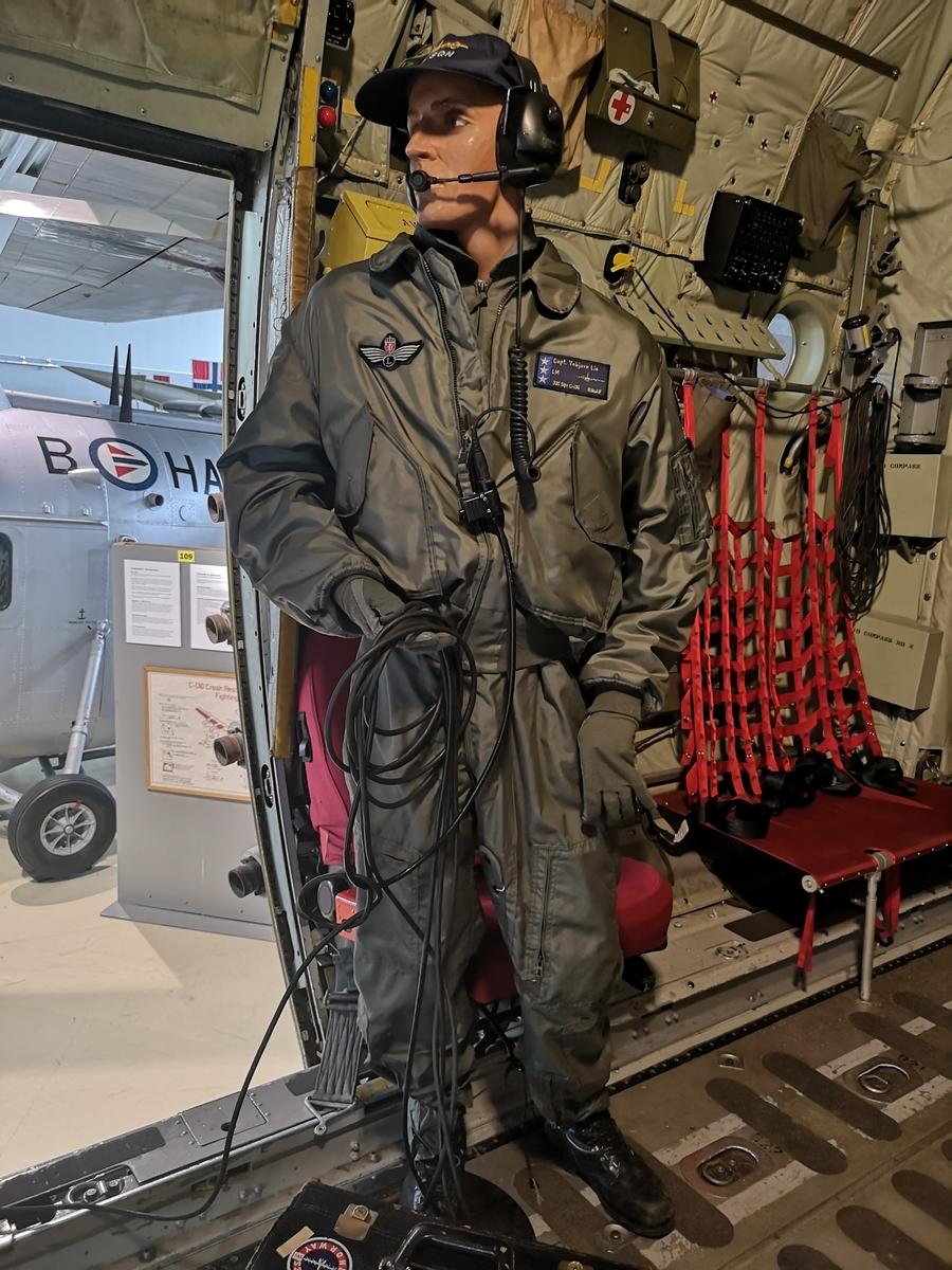Flightsuit for Loadmaster med headset og caps, påmontert dukke
