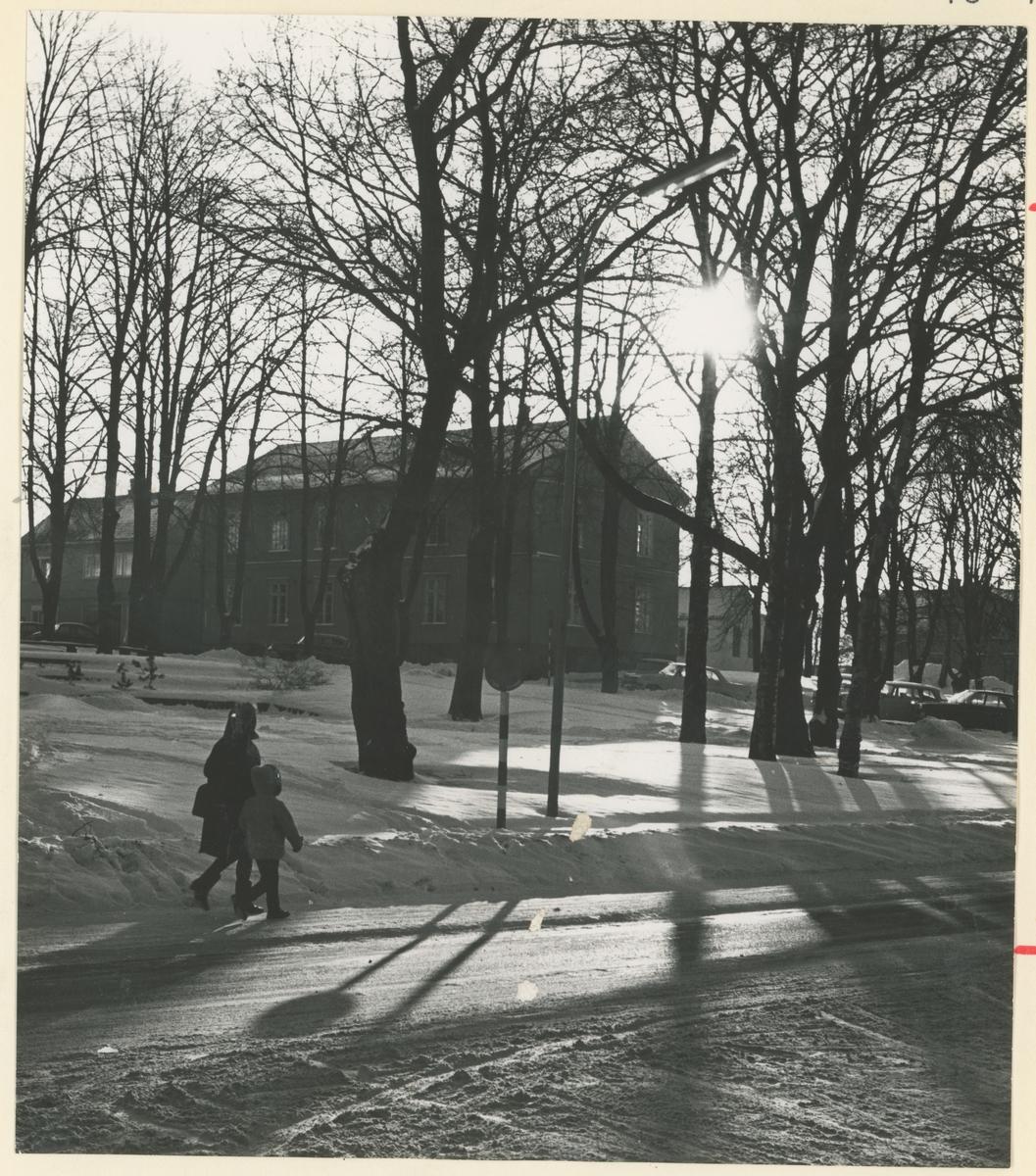 Tre gatebilder, 1970-årene. Trykk på pilen.  Bilde 1: Frithjof Nansens gate mot syd. Øverst til venstre: sykehushagen (det tidligere sykehuset).  Bilde 2: Fra Kirkeparken. I bakgrunnen: mursteinshus (leiegård) i Fleischers gate.  Bilde 3: Kirkeparken med Moss Lysverker sin tidligere administrasjonsbygning hvor også Magda Lauritzen hadde sin fotoforretning.