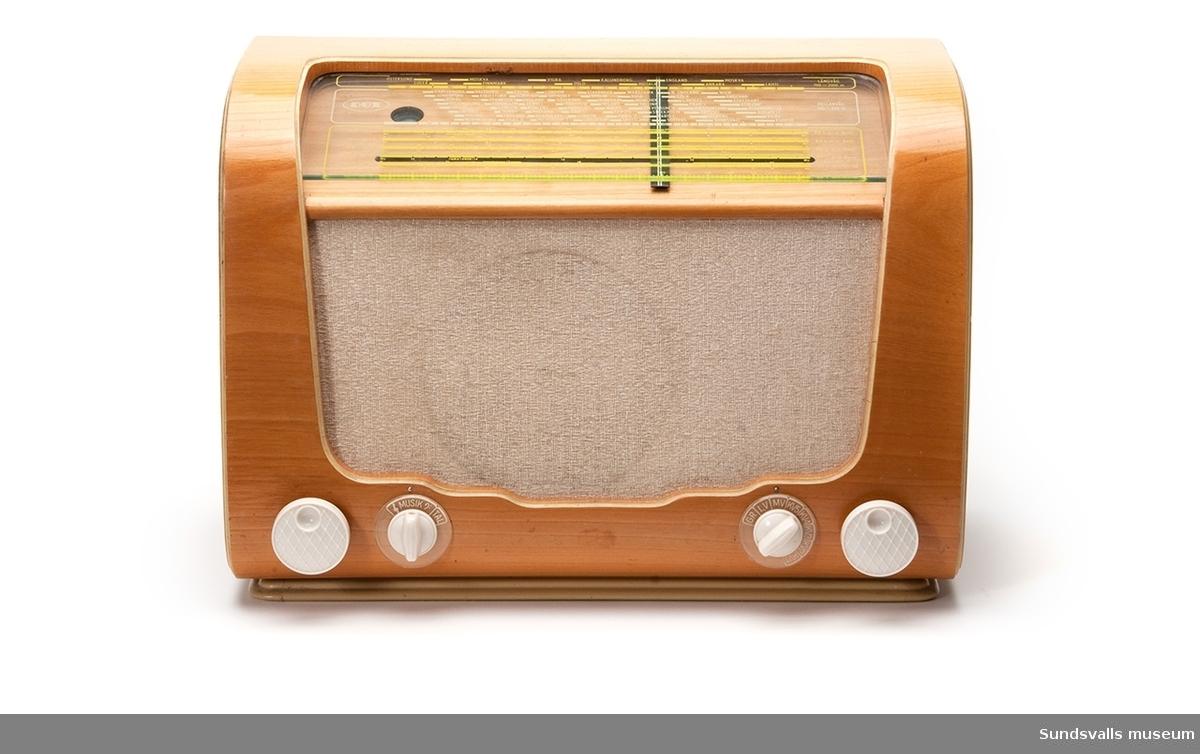 Radioapparat med rundad form, klädd med ljus träfanér