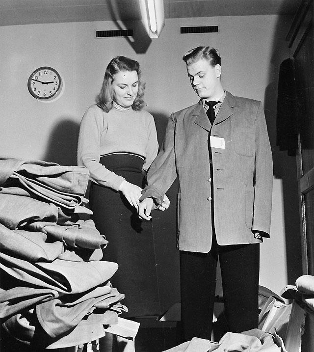 Uniformsförrådet. Den här uniformen är avsedd för en betydligt större karl än Karl-Olof Löfgren, men Siv Zetterberg hittar snart en kavaj som passar.