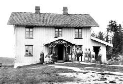 Amundrud i Spydeberg, oppstilling til storvask på tunet, ca.