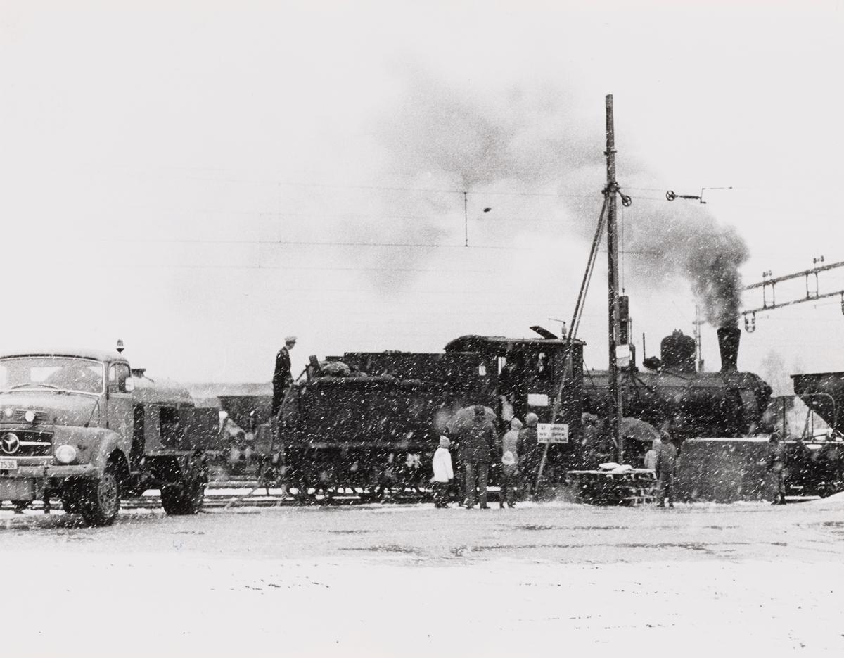 Damplokomotiv type 21b nr. 252 fylles med vann og kull på Kongsberg stasjon