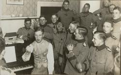 Gruppbild med soldater.