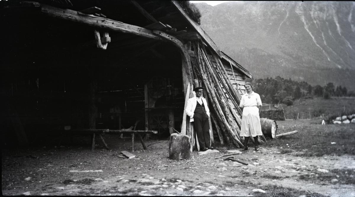 Båtbygger med kone i båtskykkja.