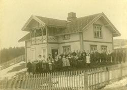 Grua skole. Skolebilde av lærere og elever oppstilt foran sk