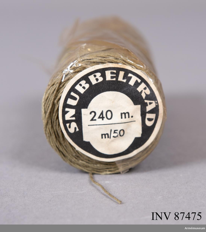 Snubbeltråd m/1950 innehåller 240 meter tråd som kunde användas till så kallade trådminor såsom exempelvis truppmina 9 som fästes i träd med hjälp av spikar. Den gråbrungröna i textil fanns i två varianter och förpackades i antingen längden 180 eller 240 meter.   Tråden (ståltråd kunde också förekomma) fästes i minans slagtändare och sträcktes över ett område främst i skog och mark där fienden beräknades passera och snubblade på snöret.   Snubbeltråd kan också användas för larmminor såsom Larmmina 1 som innehåller en knall- och lyssats. Snubbeltråd m/1950 ingick i materielsatsen från 1950-talet och finns fortfarande med i Amkat/Databild 2014 där den enligt beskrivning förpackades med övningsslagtändare 48.