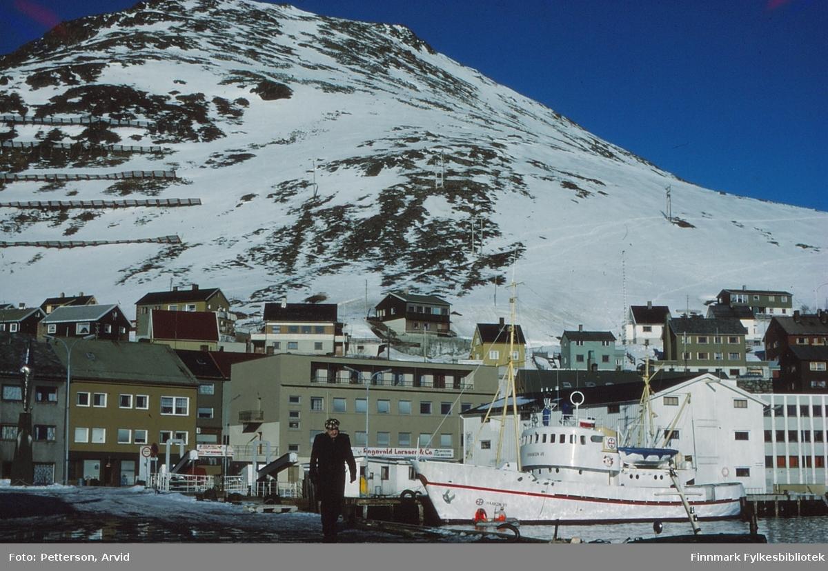 """Redningsskøyte RS 61 """"Haakon VII"""" ved Honningsvåg kaia på 1980-tallet.  """"Haakon VII"""" er en tidligere redningsskøyte som ble bygget for Redningsselskapet i 1958 ved A/S Stord Verft. Den ble ved overlevering døpt av Prinsesse Astrid. Frem til 2004 var """"Haakon VII"""" i tjeneste som redningsskøyte."""