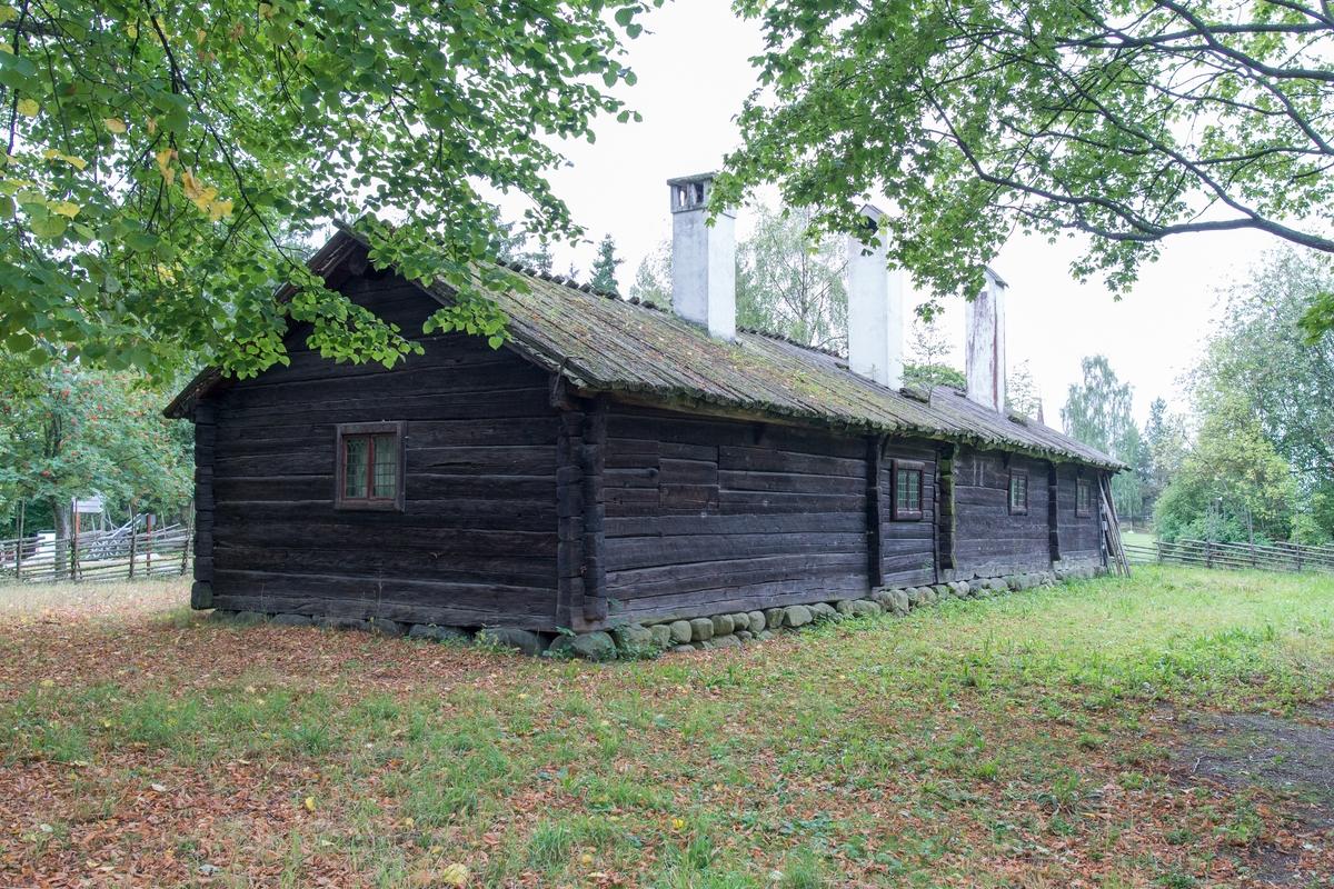 """Bollnässtugan på Skansen är en timrad framkammarstuga i en våning. Till höger finns helgdagsstugan, till vänster vardagsstuga med kammare. Fasaden är omålad, snickerierna likaså, fönsterbågarna är målade med linoljefärg i engelskt röd. Taket är ett sadeltak, med tätskikt av näver samt plank knäppta över nock. I det bakre takfallet är tre murade och vitkalkade skorstenar placerade, ett för varje rum.  Bollnässtugan uppfördes omkring 1750 på hemmanet nr 11 """"Knubbgården"""" i Herte by, Bollnäs socken i Hälsingland. Bollnässtugan flyttades till Skansen 1892."""