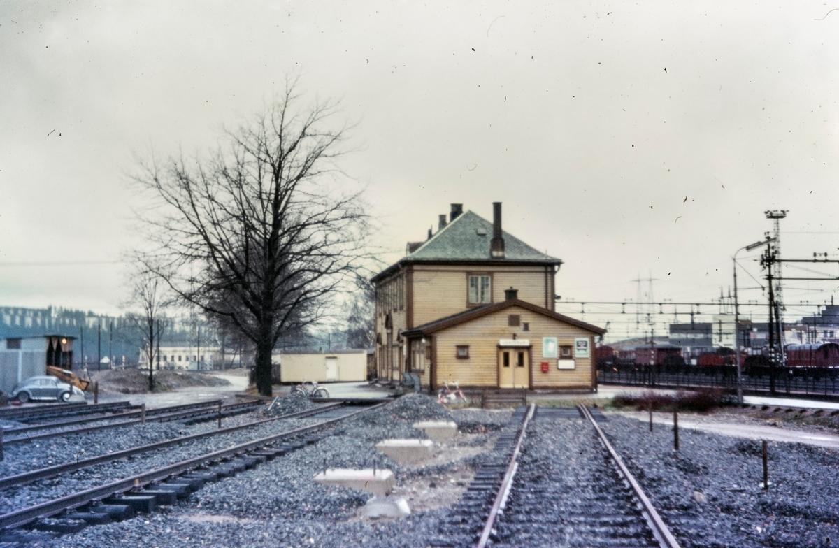 Stasjonsbygningen på Alnabru kort tid før den ble revet. Ny godsterminal er under bygging