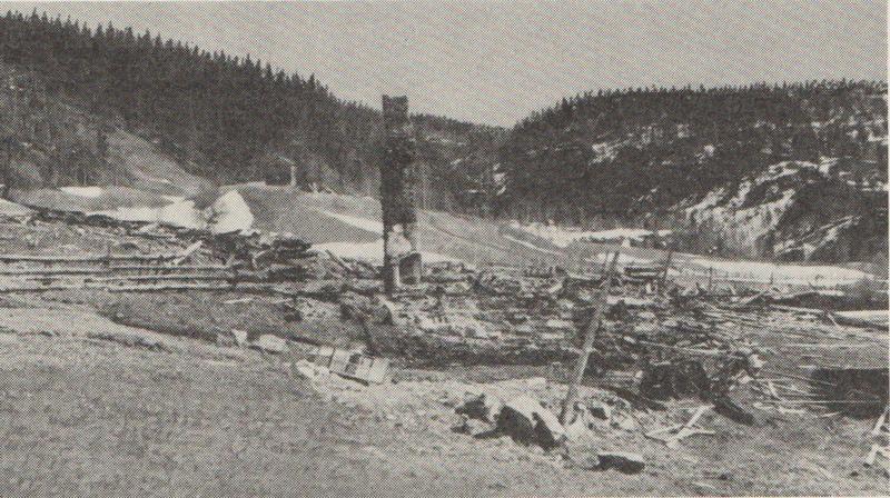 Restene av husene på vestre Nåverdalsbakken etter bombinga disse dramatiske aprildagene i området. Fra Jensen: Krigen i Norge 1940.