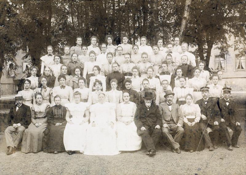 Fødselsstiftelsen Kristiania 1899. Overjordmor Karoline Skullerud på første rad, nr. 5 fra venstre