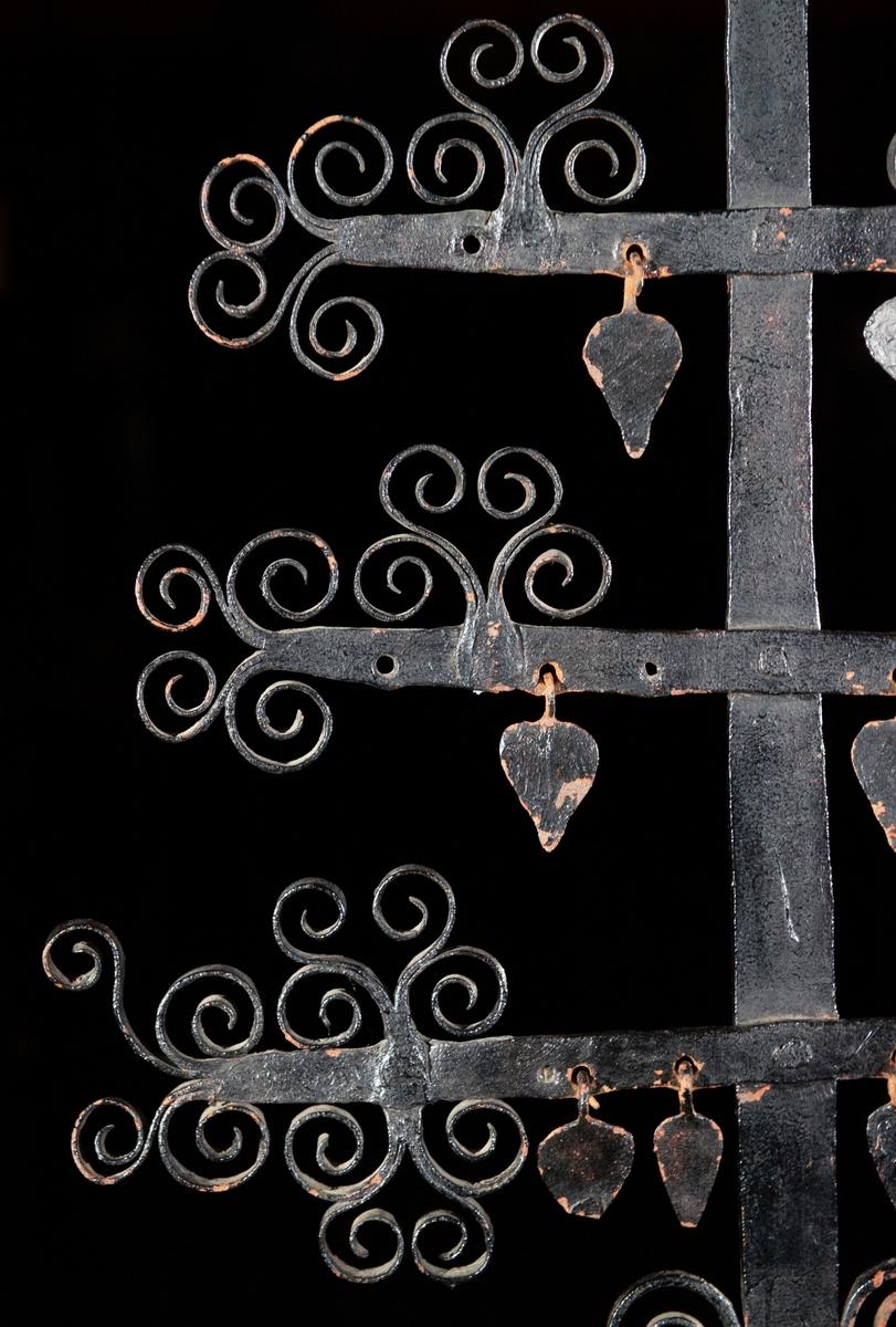 Föremålet består av en järnstam, sex korslagda armar med ornament och en järnplatta med inskription. Gravkorset är av Ekshäradskaraktär. Det är högt med många tätt placerade armar som tillsammans bildar en rombisk form. Riklig dekor. Korset har formen av ett stiliserat träd - ett livsträd som symbol för döden. Armarnas ändar utgörs av utklyvningar som upprullats mot varandra och bildar dekorativa stilistiska löv. Den 2:a armen uppifrån har en (av två tenar vriden) spira på var sida av stammen. 3:e och 4:e armen har två uppåtställda ornament utformade som löv. 5:e armen är försedd med ett tvärställt ornament på var sida om stammen. Korsets topp är krönt med en liknande utsmyckning. Fyra av armarna har uthuggna hål ämnade för hjärtan som är däri fästade med en järnögla. Samtliga 4 hjärtan finns i 5:e armen. 4 av 6 hjärtan finns i 4:e armen. 3 av 4 hjärtan finns i 3:e armen. 1 samt del av ett hjärta finns i 2:a armen. Ovanför nedersta armen på var sida om stammen finns en järnten uppåtböjd och upprullad i en dekorativ form. Nedre delen av stammen är smidd i en spiral. En kvadratisk järnplatta med uthuggen inskription är placerad mellan översta armen och stammens topp. Text: Här under wiler lila LSS från Nedra Wärnäs föd d 30 iuli 1815 död d 4 ocktober 1819 samt 5 aflefne syskon tilhörer SPS H MRD I W. LSS = Lars Svensson, SPS = Sven Persson, H = hustru, MPD = Maria eller Marita Persdotter.