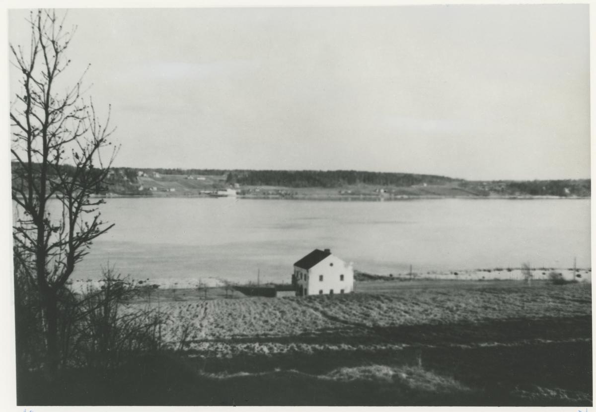 """Fyrhuset for Jelø Teglverk, kalt Baden-Baden. Ukjent årstall. To eksemplarer av samme bilde. Detaljer: I bakgrunnen på Festelandet ses """"Kjettingen""""."""