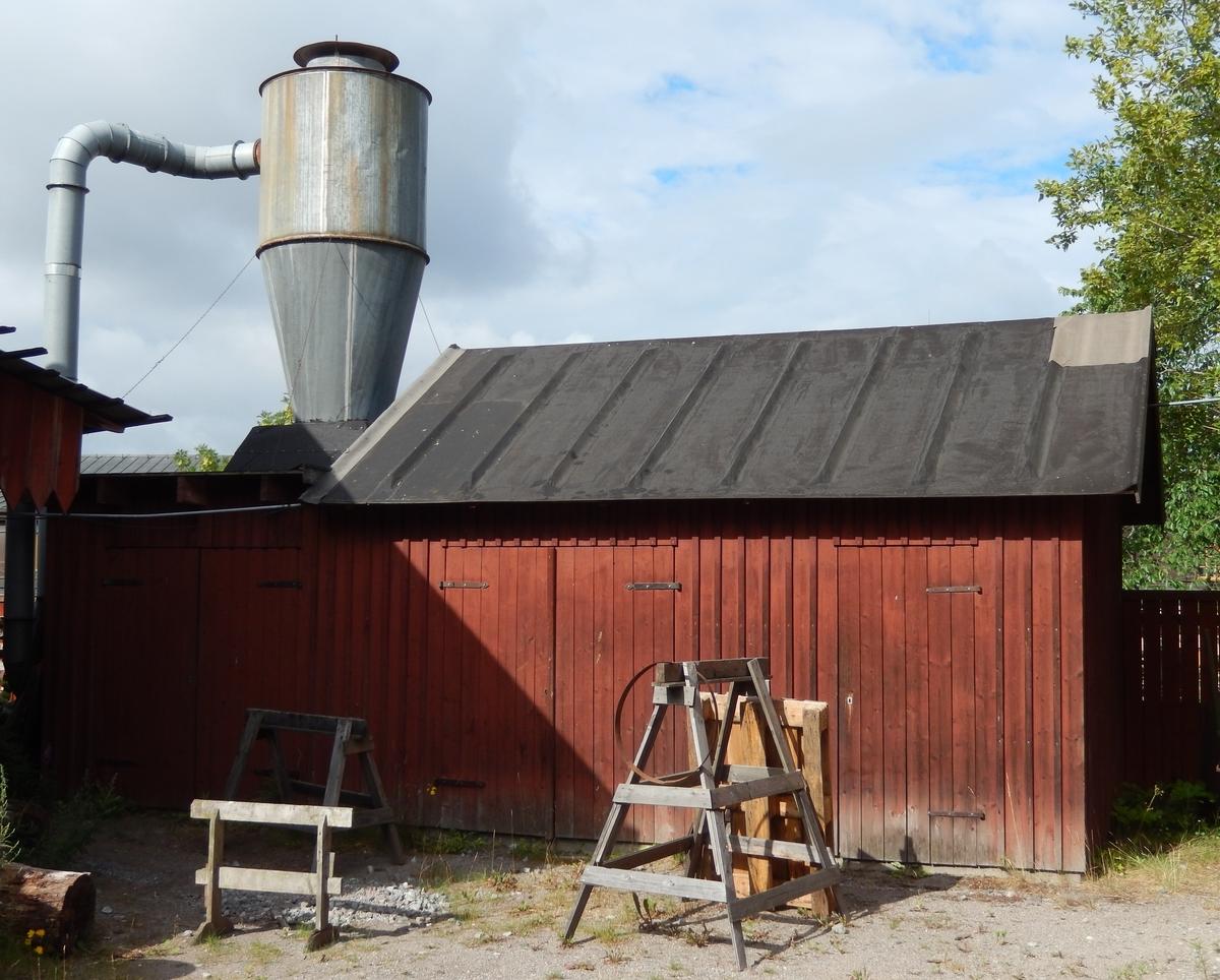 Snickeriförrådet intill Snickeriverkstaden på Skansen är en förrådsbyggnad med fasad av stående locklistpanel, två dubbeldörrar och en enkeldörr leder in i byggnaden, taket är ett papptak. Fasaden och dörrar är målad med röd slamfärg.  Det är oklart om byggnaden har uppförts efter förlaga eller flyttats till platsen. Snickeriförrådet fanns på plats vid invigningen 1991.