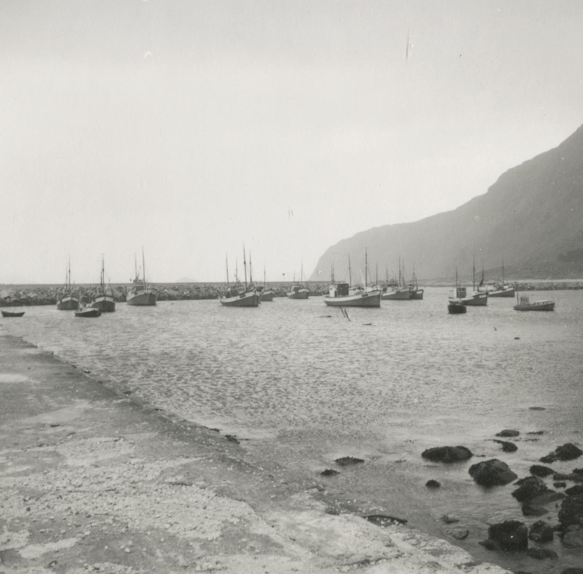 Oversiktsbilder av havneanlegget på Alnes, Godøy.(speilvendt)