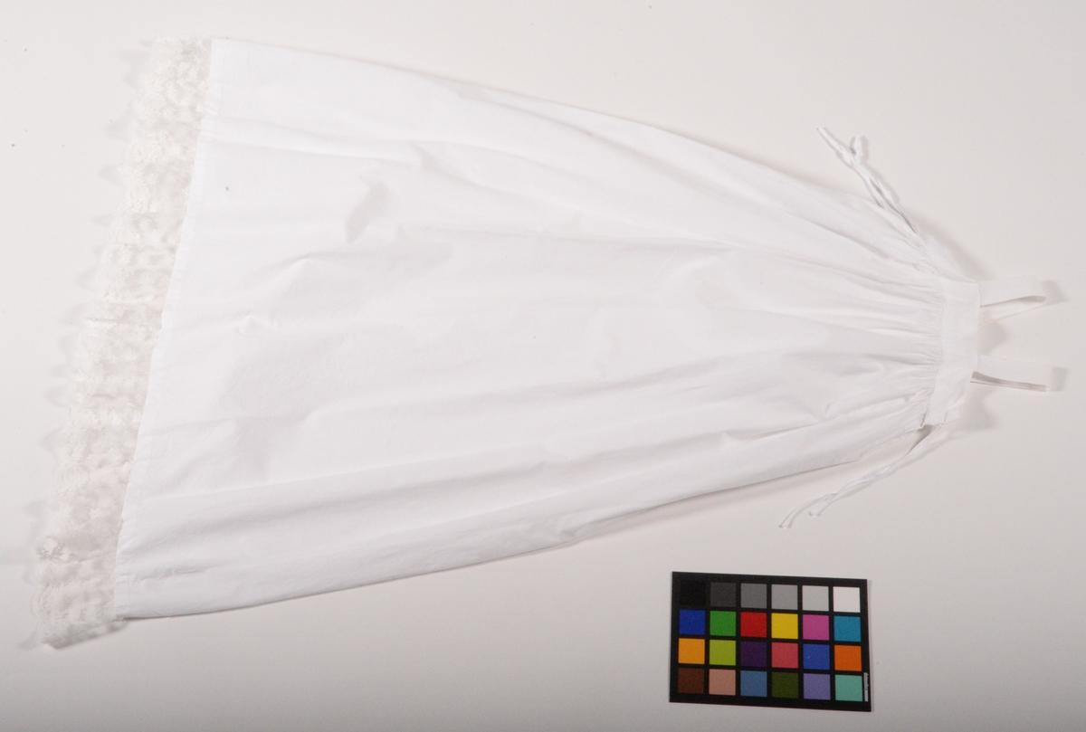 Dopklänning sydd av den brudklänning som Carin Maria Brun bar vid vigseln med Anders Hagelin i Engatorp 1844. De bosatte sig på Släviks prästgård i Hemsjö församling. Klänningen syddes om 1845 och har senare använts som dopklänning av flera generationer ättlingar till paret, den senaste 2016. Till dopklänningen hör en virkad dopmössa (AM 2017:5:B) samt en förvaringspåse (AM 2017:5:C). Dopklänningen (AM 2017:5A) består av 1 st underklänning plus 1 st klänning.