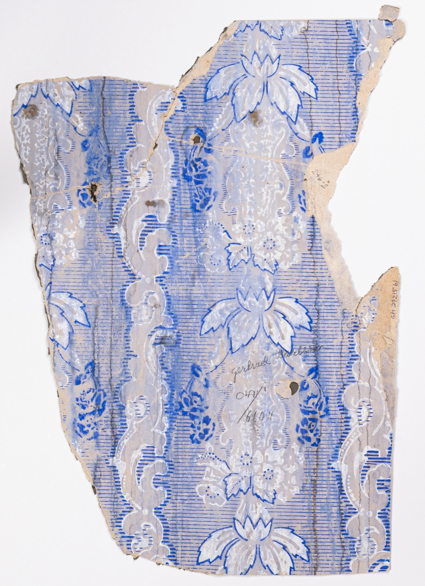Brunt genomfärgat papper dekorerat med akantusornament och blommor i diagonalupprepning. Bakgrunden dekorerad med visst rutmönster. Tryck i vitt och mörkbrunt.